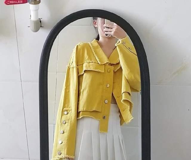 古力娜扎一袭明黄色连衣裙,明媚动人,优雅从容又不缺乏少女感