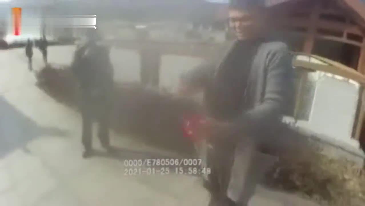 男子高铁线路附近放风筝 警方对他处以500元罚款
