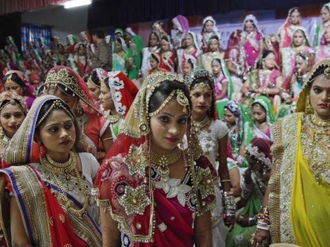 女方掏光家底出嫁妆,男方不花一分彩礼钱,印度婚嫁为何如此奇葩