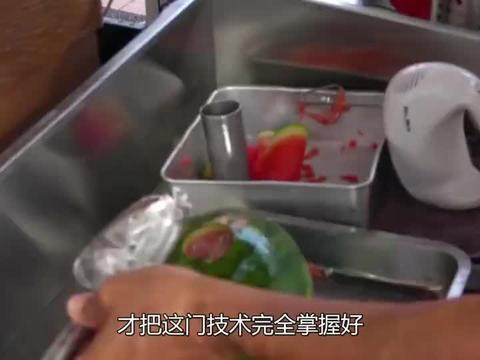 大叔卖西瓜,不切块不榨汁,直接搅拌成果汁,按斤售卖还大把人抢