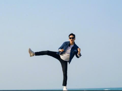 邓超晒出一组海边照片,秀出大长腿,搞怪有活力。