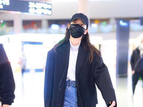 欧阳娜娜最新机场路透,穿黑色大衣随性潇洒,方头靴得有10cm吧