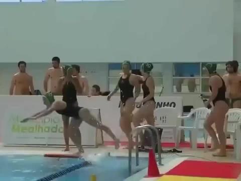 国外女子水球比赛,赛前教练组和队员围在一起加油鼓劲