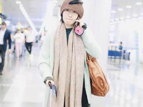 刘敏涛现身穿超厚,室内也要,围巾帽子加高腰袜