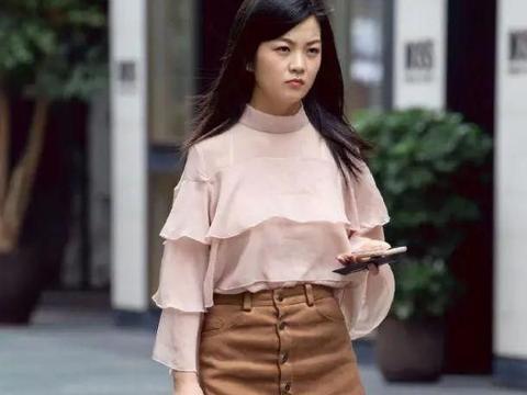小姐姐半身短裙穿搭,展现出了几分雅致浪漫的格调