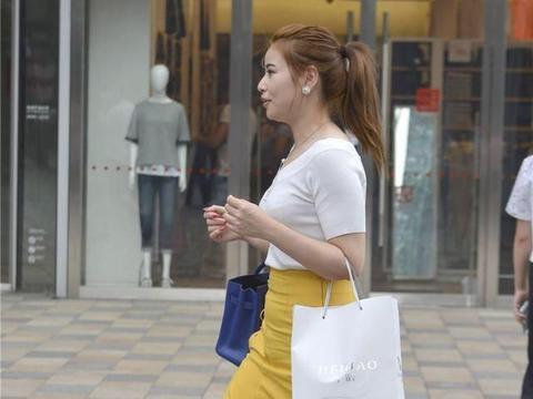 潮流穿搭-黄色长裙,微胖妹子这样穿很亮眼,才有气质!