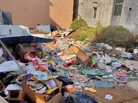 在汕头潮阳区有人的厝地堆废品,让邻里受困扰