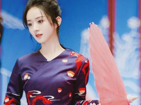 赵丽颖挑战国风造型,一身服饰尽显古典美,歪头喝酸奶太可爱了!