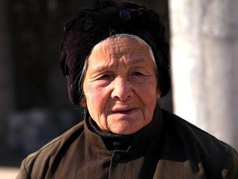 故事:小丐挑水进山一百天,阿婆离去时微微一笑:心愿已了