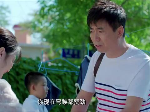 小伙回家后,看见美女邻居正在给他洗衣服,顿时感到十分不好意思