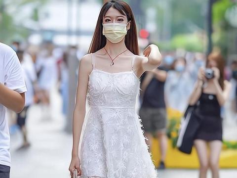 吊带的设计是这条裙子的亮点,让穿着者看起来很有魅力