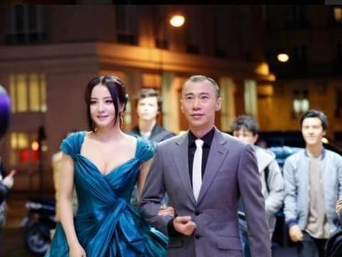 陶虹一袭蓝色深V礼服亮相活动,优雅又不失性感,凸显好身材