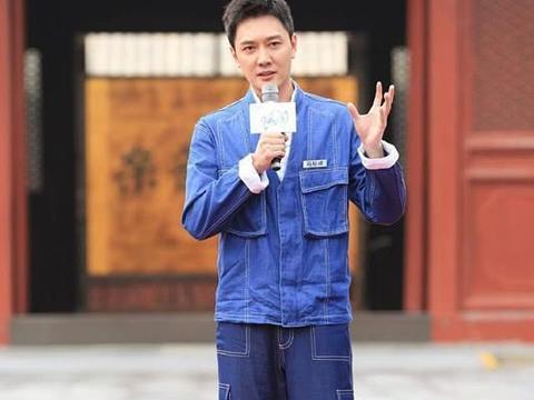 冯绍峰西装套装搭条纹领带,沉稳有魅力,丝毫不显老