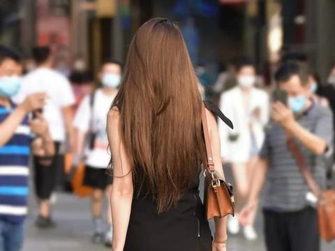 黑色长裙既女神又性感,给人予清爽之感,显瘦又百搭