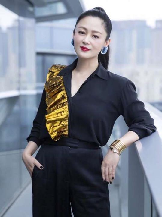52岁陈红亲侄女曝光,竟是我们熟悉的她,看到颜值:果然是一家人