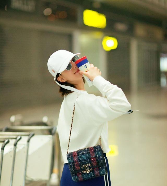 刘诗诗纯白色卫衣,搭宝蓝色半身裙,随性又独特的穿搭方式