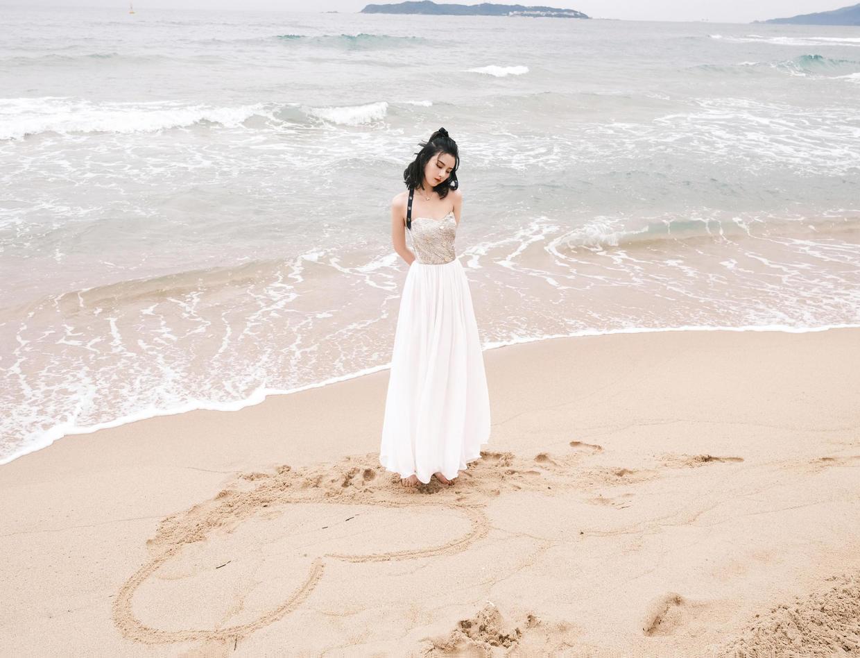 宋祖儿人美又会穿,白色卫衣配羽绒马甲保暖低调,甜美可爱