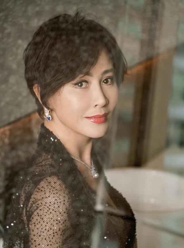 40岁以上女性减龄搭配,学刘嘉玲一身黑色造型,优雅又时尚
