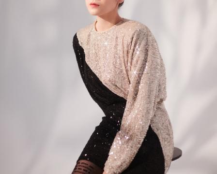 宋佳身着亮片连衣裙,大方露美腿,性感撩人。