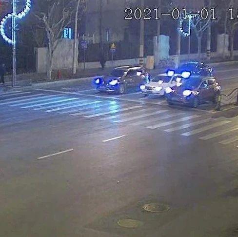 【警示】外卖骑手看手机闯红灯撞行人!