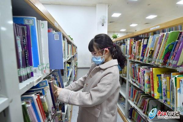 一名学生在晋江市图书馆认真查阅自己感兴趣的图书