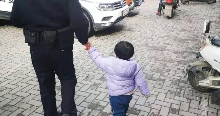 两岁小女孩路边跟妈妈走散,巡逻民警助她找到家人