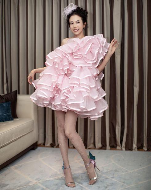莫文蔚真不愧是冻龄女神,穿一件粉色斜肩裁剪连衣裙,减龄时髦