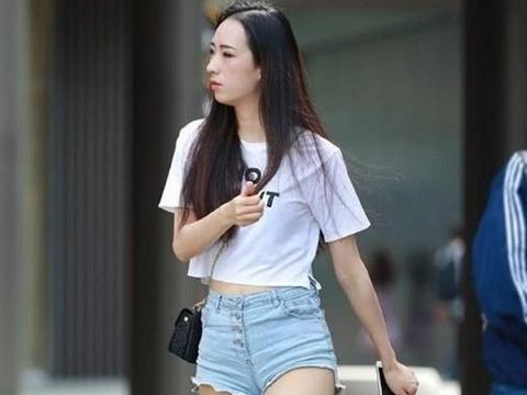 简洁的白色短袖搭配牛仔热裤,清爽清爽