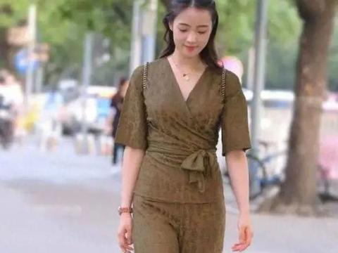 小姐姐白衬衫配条纹短裤,展现出几分优雅大气之美