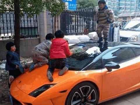 大妈在500万宾利上晒青菜,车主心疼却不阻止:她比车贵多了