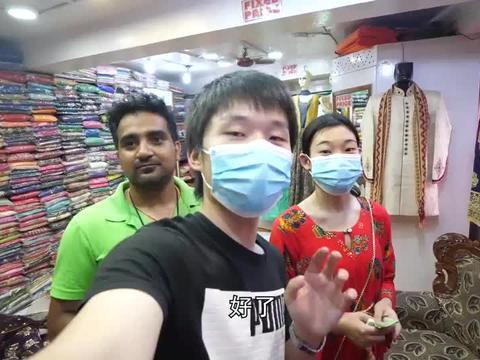 花5000卢比在尼泊尔首都买了件纱丽穿,老板不停的说太漂亮了!