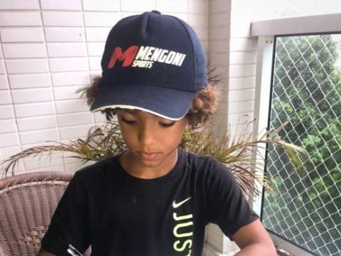 外媒:巴西8岁神童与耐克签约,是与耐克签约的最年轻球员