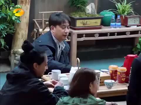 徐峥打扑克疯狂嘲讽黄磊,不料最后输的却是自己,瞬间愣住了!