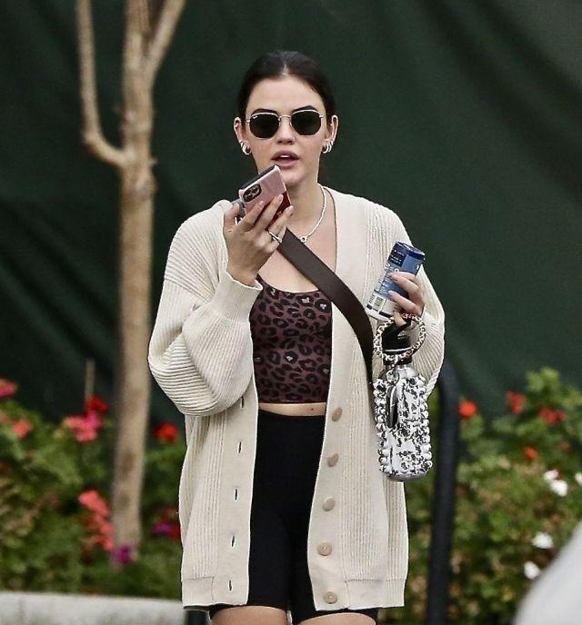 露西·海尔穿白开衫搭豹纹背心出街,网友:她的身段太完美了