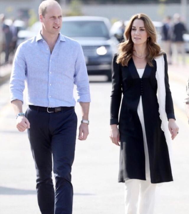 凯特王妃黑白配穿搭,上衣的小V字形设计,可以说是非常完美