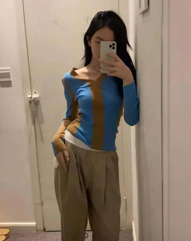14岁李嫣穿短裙秀纤细长腿,着V领衣露香肩,被指不像小姑娘