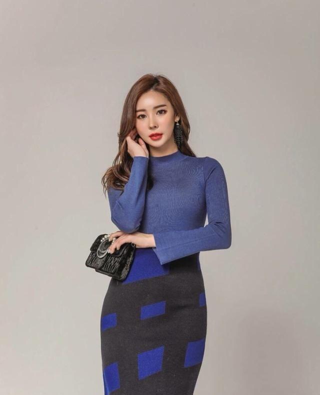 宝蓝色针织衫搭配呢子半身裙,轻松穿出女神范,时髦又百搭!