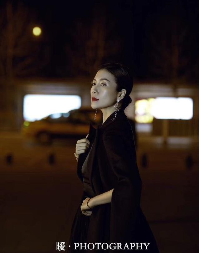 温峥嵘露一半肩膀更显气质,贵妇造型更显高端,感觉真挺美的
