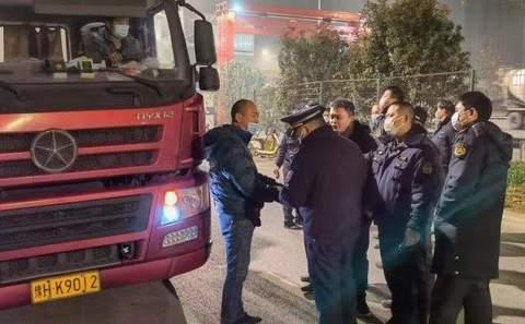 武汉市开发区多部门夜间联合整治超载超限车辆