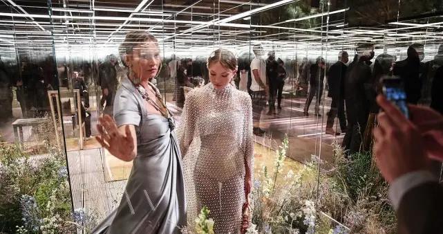 芬迪秀模特被放有机玻璃中,英国俩老牌超模同场比拼,贝拉惊艳