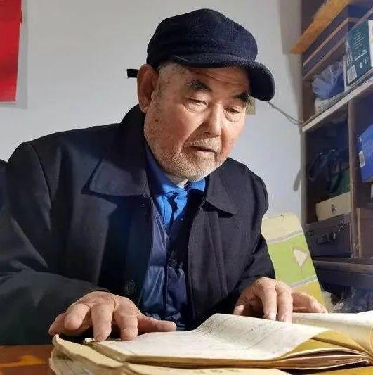青岛81岁老人坐着轮椅去还钱,背后还有这样的故事…