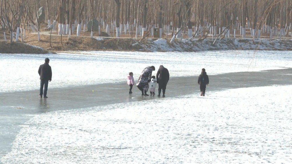 高台教师王正康跳进冰窟勇救落水儿童