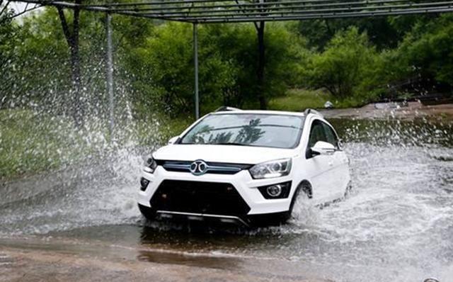 广东一场暴雨,浇透了新能源车主的心:自己选的车跪着也要继续开