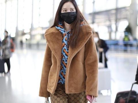 """39岁张萌上演""""红衣似火"""",穿抹胸蝴蝶裙现身,贼招人喜欢"""