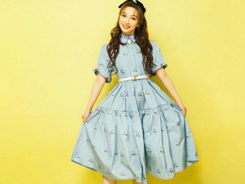 吴昕浅天蓝长裙清纯俏丽,配小皮鞋减龄又少女,充满日常感