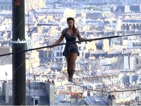法国女子施展特技,35米高空走高钢索,下面观众直冒冷汗!