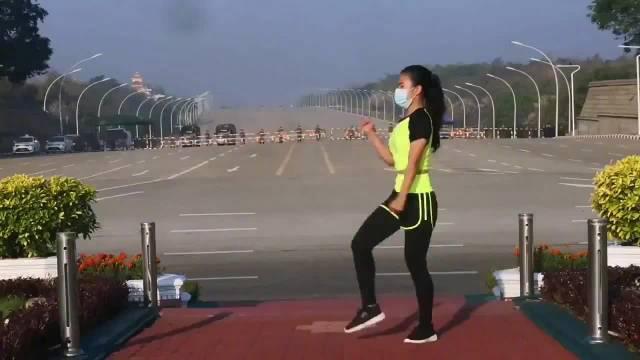 缅甸女子跳操时录下军车驶向议会
