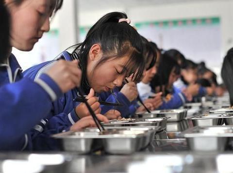 家长交8.5元午餐费,学生只能吃到3.5元,是谁在孩子口中夺食