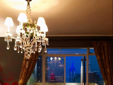 一起参观刘嘉玲上海的豪宅,名画随意放在墙角,沙发都是精心挑选