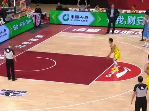 姜宇星写意反击上篮,撞上篮下的王骁辉,裁判吹王骁辉假摔